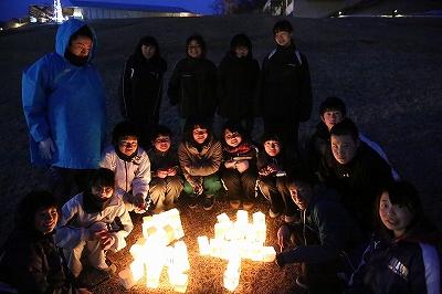 沼宮内中学校生徒達による「絆」のともしび 石神の丘斜面にて